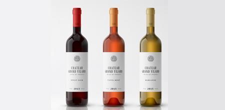 Weinetiketten auf Weinflaschen